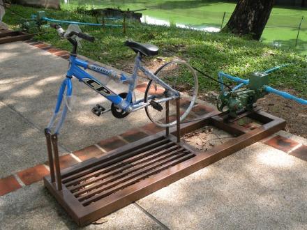 """Hay varias de estas """"bicis"""" junto al estanque que rodea la muralla. Tienen un pequeño motor unido a la rueda trasera, ¿Qué activará?"""
