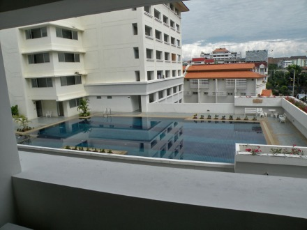 Piscina del Mahaphol Apartment