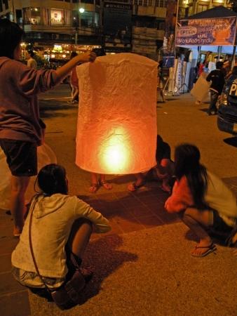 Celebrando el Loy Ka Tong