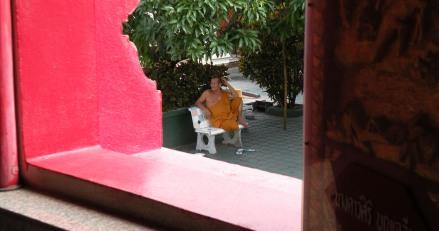 """Monjes """"meditando"""" en todos los templos"""