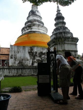 Budistas haciendo una ofrenda a Buda