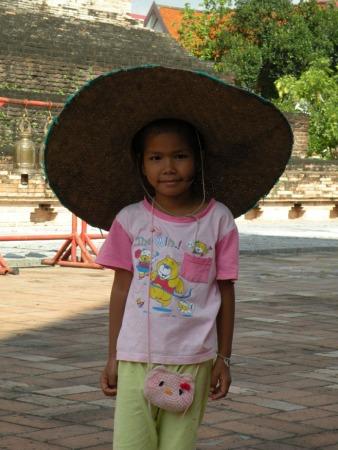 La chica posó amablemente mientras sus padres trabajaban en las obras de conservación del templo