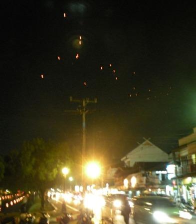 Aunque la foto es muy mala, muestra los globitos surcando el cielo de Chiang Mai