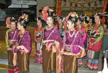 Coloridos trajes en el Loy Ka Tong