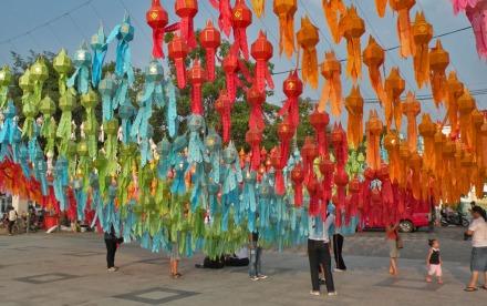 Preparando la plaza para el Loy Ka Tong