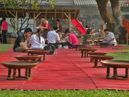 Pueden comprar comida en la calle y utilizar las zonas habilitadas para sentarse y comer