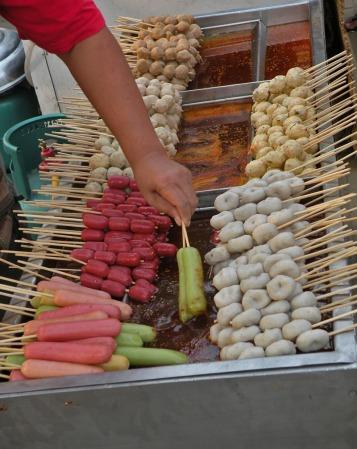 Pinchos de todo tipo de comida y de colores. Los pinchos estan fríos y antes de servirlos los pasan por el aceite caliente.