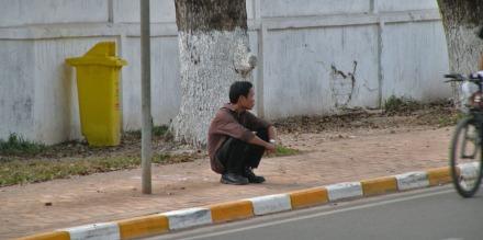 En Vientiane, Laos, también descansan así. Este hombre estaba esperando el autobús