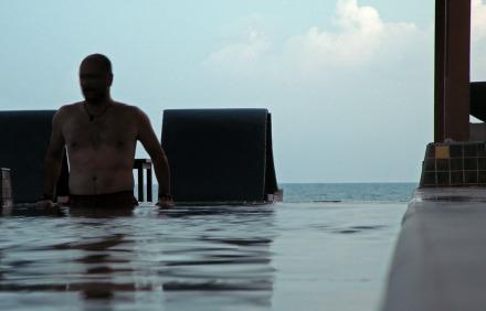 Gaby sa da un chapuzón en la piscina con el mar al fondo