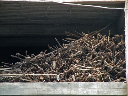 En todas las obras se ven apilados un montón de palos de madera, ¿Qué uso les dan?