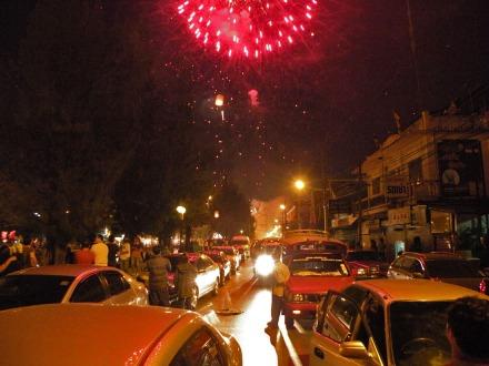 La estampa era bien bonita. Los fuegos artificiales junto con las linternas subiendo al cielo. Pasaban escasos minutos del 2010 y el tráfico estaba parado para ver los fuegos artificiales.
