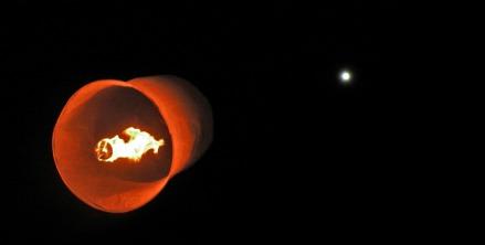 Bonita foto de mi linterna con la luna de fondo. Por cierto, pasaran muchos años antes de que vuelva a coincidir luna llena con fin de año