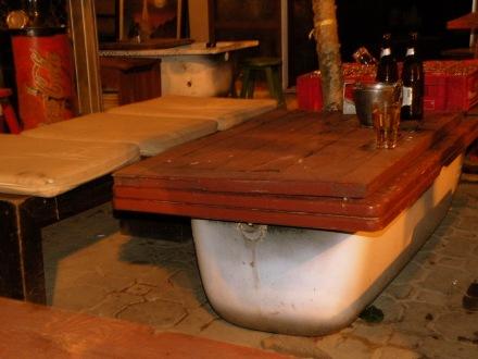 ¿Qué no tenemos mesas? Maipen rai, ponemos unas bañeras