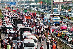 Camisas Rojas bloquean una carretera en el interior del pais. Foto. Bangkok Post