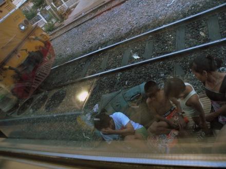 En los barrios perifericos de Bangkok, el personal hace vida en las vias del tren