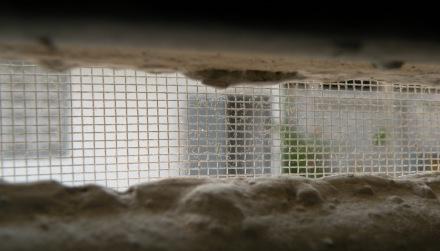 Todas las ventanas y huecos por pequeños que sean estan protegidos por una malla metalica