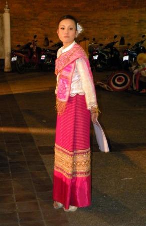 La maestra de ceremonias en Chiang Mai vestida para la ocasión
