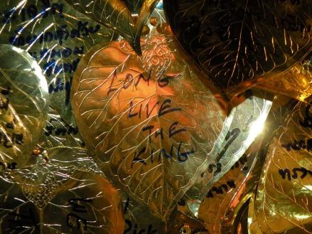 Los tailandeses escribian sus mensajes para luego formar un arbol con todos ellos