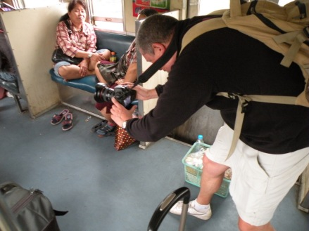 Grabando en el tren Bangkok-Ayutthaya